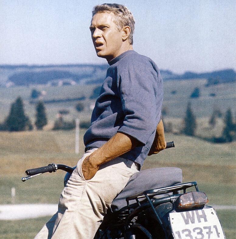 Steve McQueen v modrom pulóvri