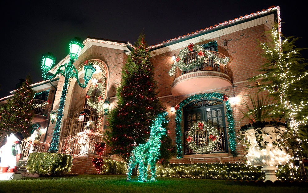 Vianočná výzdoma Dyker Heights, Brooklyn - Alain Delon