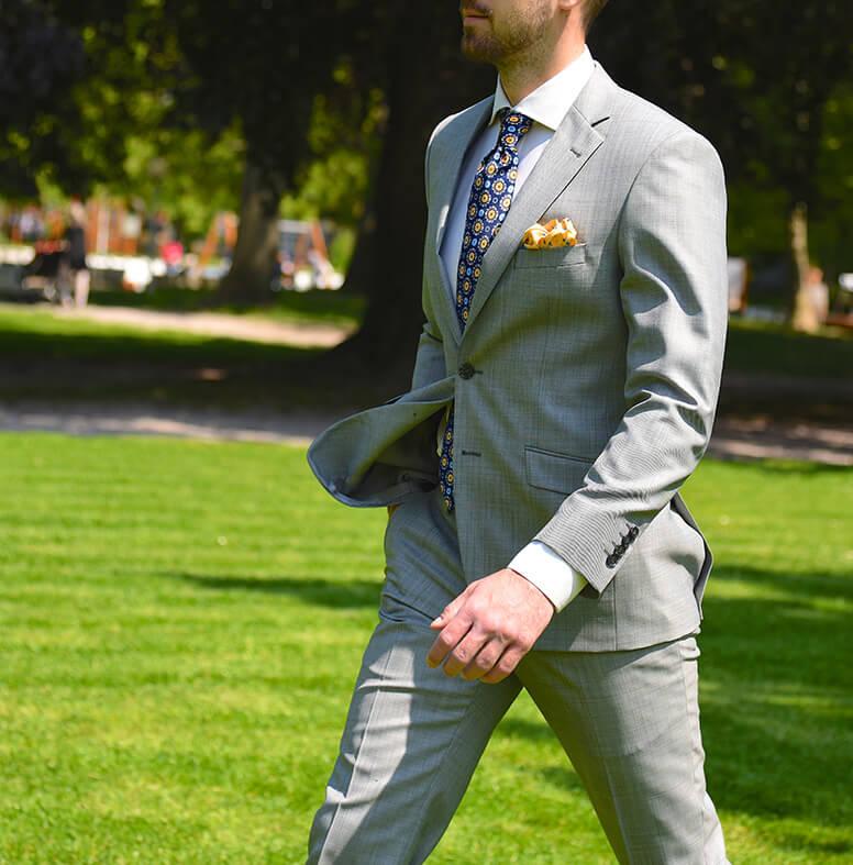 Šedý oblek